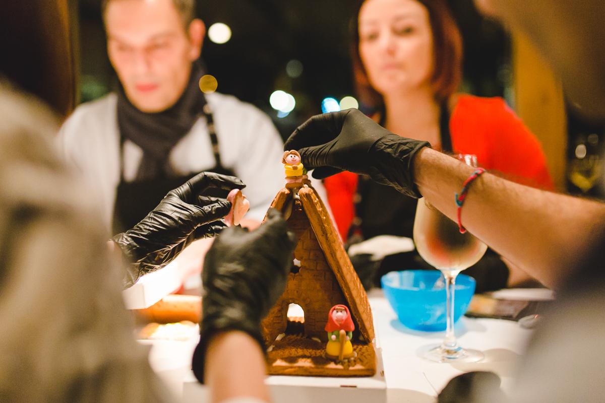 Teilnehmer bauen ein Lebkuchenhaus als Weihnachtsfeier Event