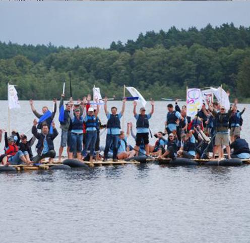 Glückliche Teams freuen sich auf selbst gebauten Floßen