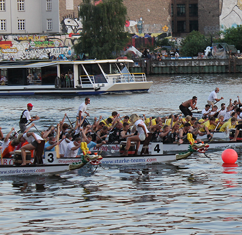 Teams fahren gegeneinander in Berlin Drachenboot