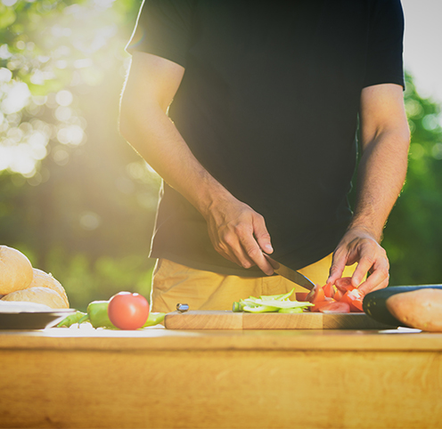 Mann kocht im Teamevent Kochkurs