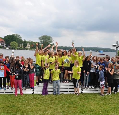 Schüler Gruppe bei der Siegerehrung vom Drachenbootfahren