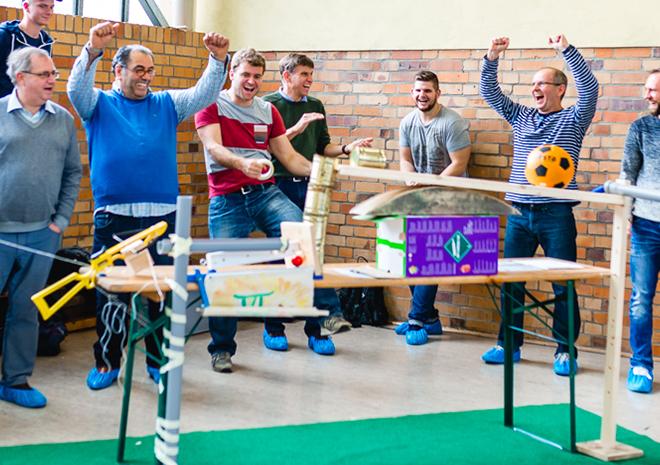 Teams von Siemens bei einem Kettenreaktion Teamevent in Berlin