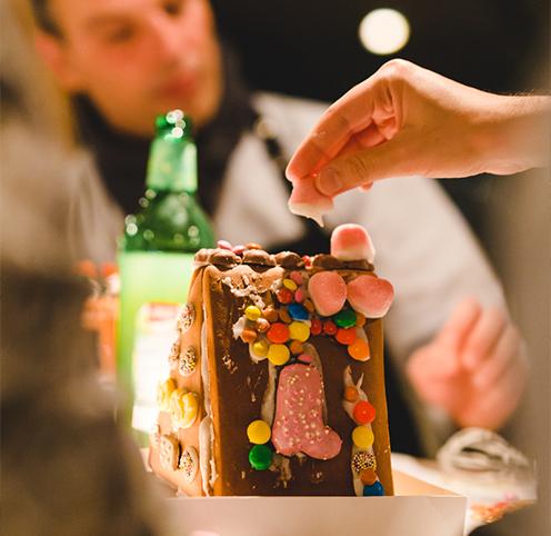 Lebkuchenhaus bauen als Weihnachtsfeier Event